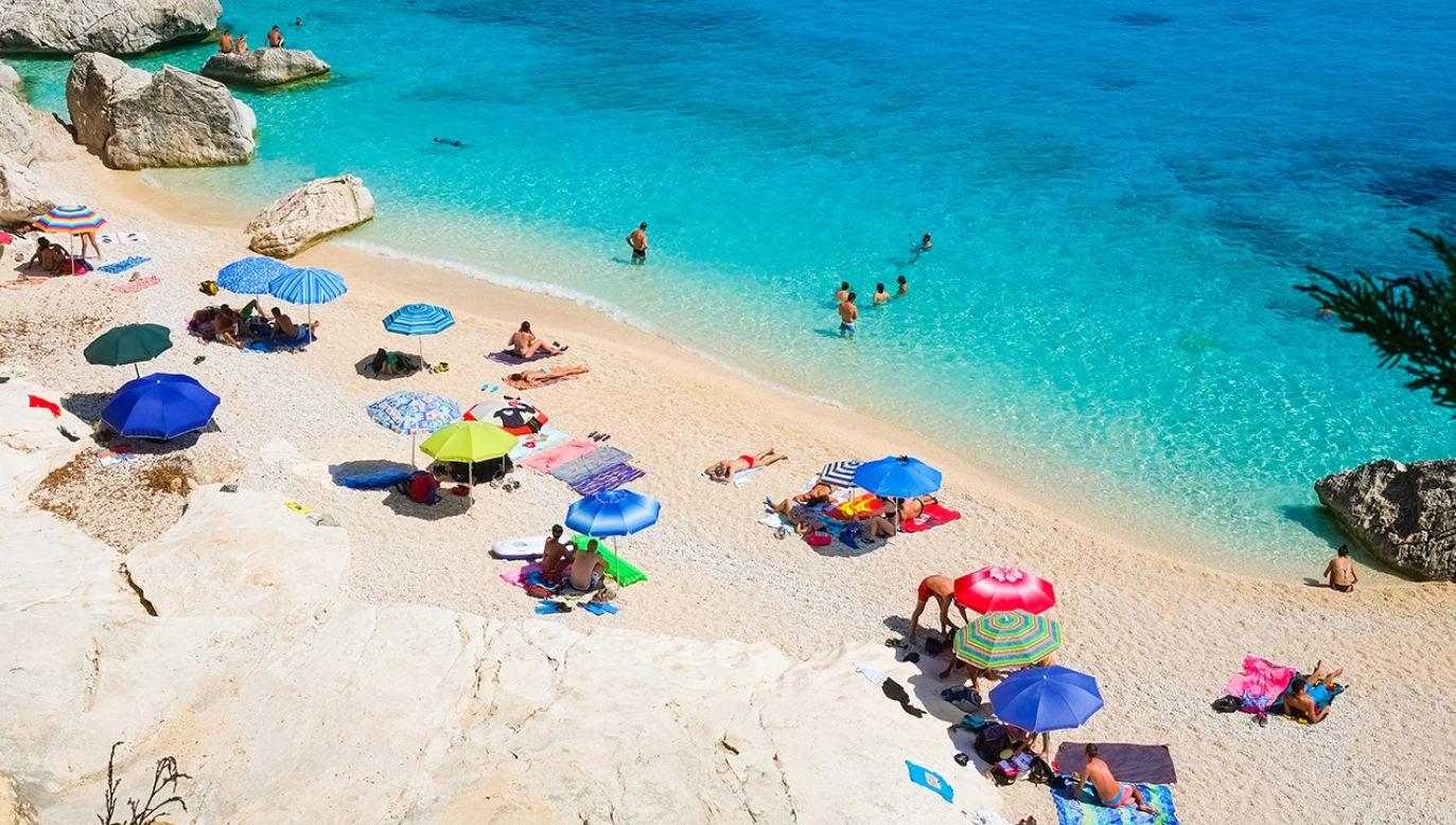 Turyści odsyłają na Sardynię m.in. piasek (fot. Shutterstock/Elisa Locci)