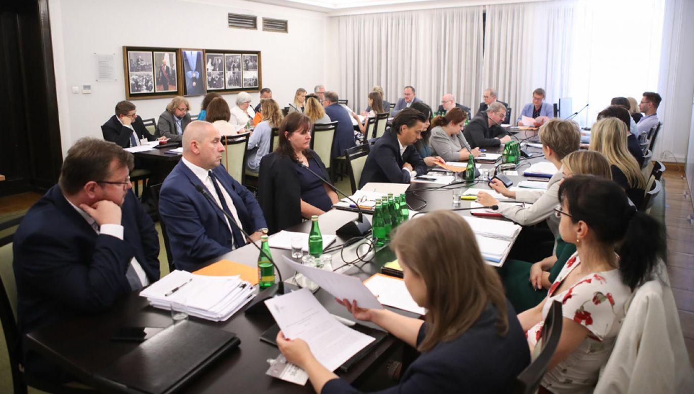 Posiedzenie senackiej Komisji Rodziny, Polityki Senioralnej i Społecznej (fot. Twitter/Senat RP)
