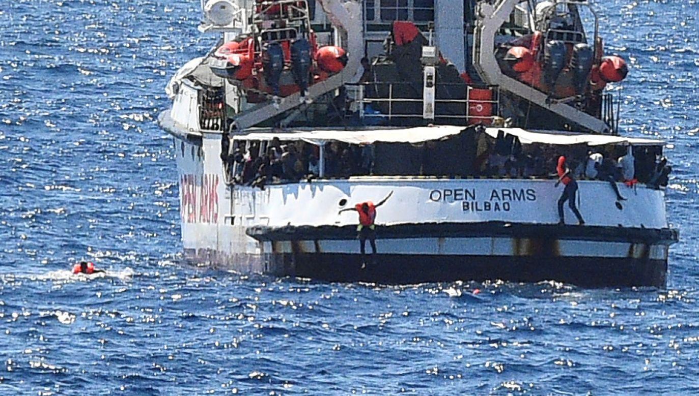 Nie jest jasne, ilu migrantów ubranych w kamizelki ratunkowe skoczyło do wody (fot. REUTERS/Guglielmo Mangiapane)