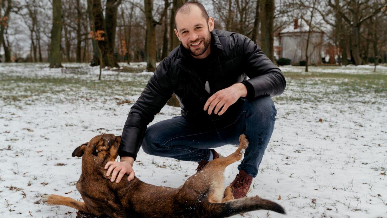Stanisław (26 l.) ma jasny plan na przyszłość. Chciałaby kontynuować rodzinną tradycję i prowadzić gospodarstwo po swoim ojcu.  Studiował we Wrocławiu i poczuł smak miejskiego życia, ale jednak wieś jest miejscem, gdzie pragnie żyć (fot. TVP)
