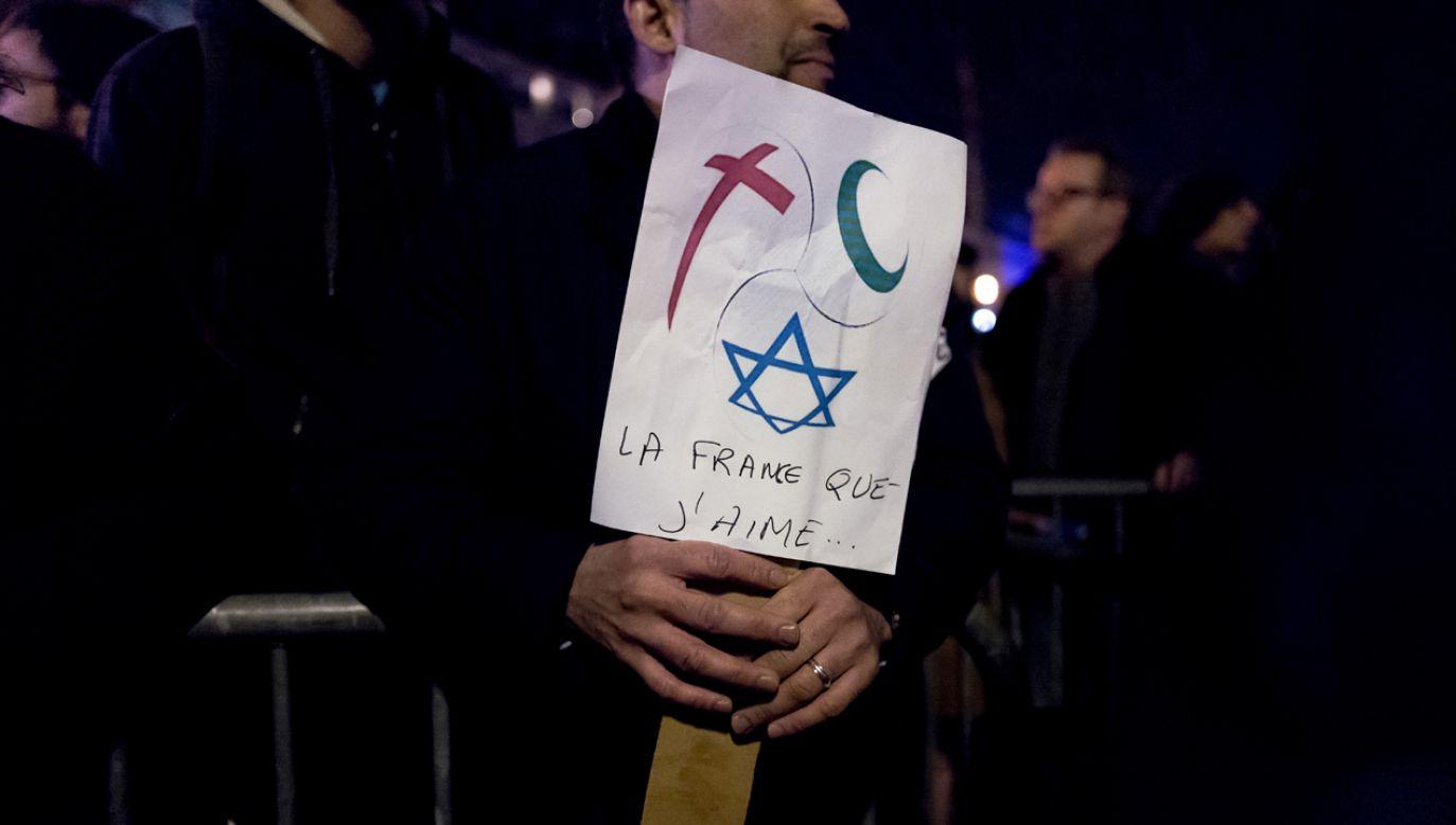 Mężczyzna trzymający transparent nawołujący do poszanowania religii w trakcie demonstracji przeciwko antysemityzmowi w lutym 2019 w Paryżu (fot. Omar Havana/Getty Images)