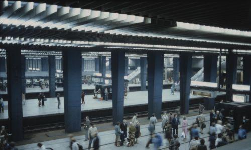 Dworzec pod ziemią mieści cztery perony, każdy o długości 400 metrów. Widok z góry na peron. Stan z lat  1977 – 1978. Fot. NAC/Archiwum Fotograficzne Zbyszka Siemaszki. Sygn. 51-111-24
