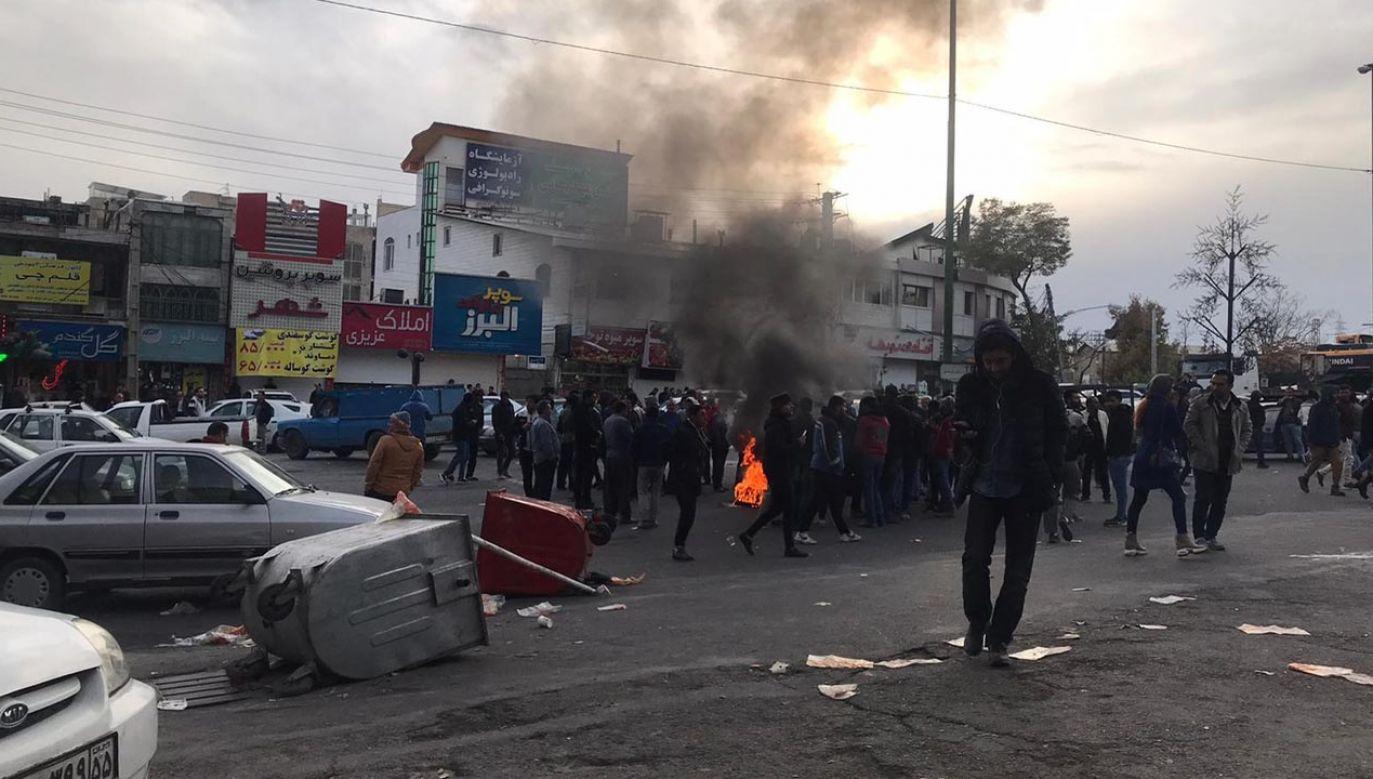 Protesty w Iranie wywołała decyzja rządu o ograniczeniu sprzedaży i podwyżkach cen benzyny (fot.  Stringer/Anadolu Agency via Getty Images)