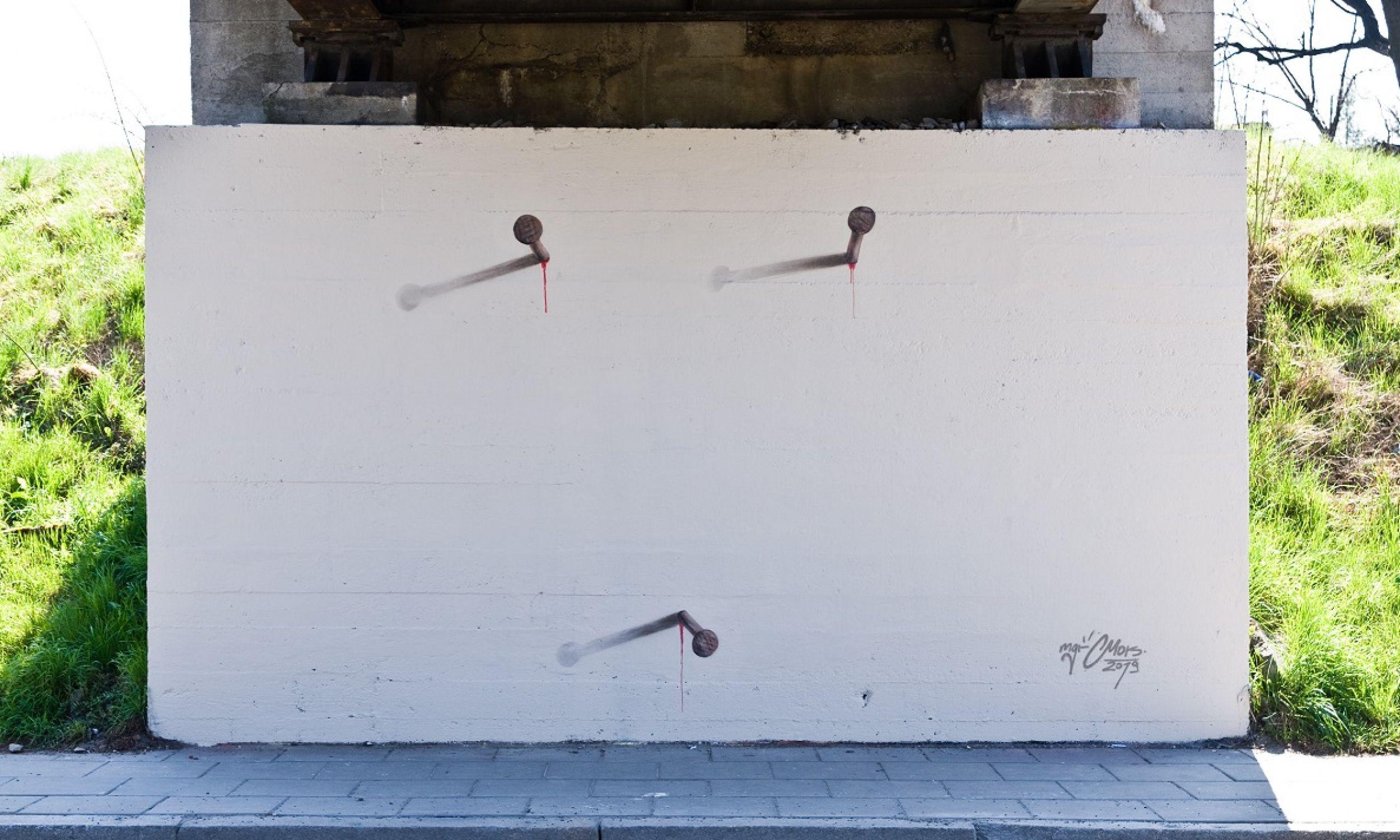 Na Wielki Piątek Mgr Mors namalował mural nawiązujący do męki Pana Jezusa: trzy gwoździe na planie niewidzialnego krzyża, a w miejscu ich wbicia w ścianę cieknąca krew Chrystusa. Fot. archiwum Mariusza Brodowskiego