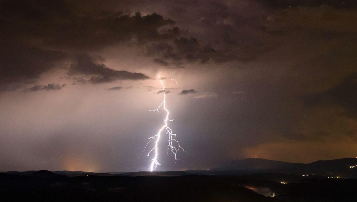 Wyładowaniom będą towarzyszyć nawalne opady deszczu (fot. PAP/EPA)