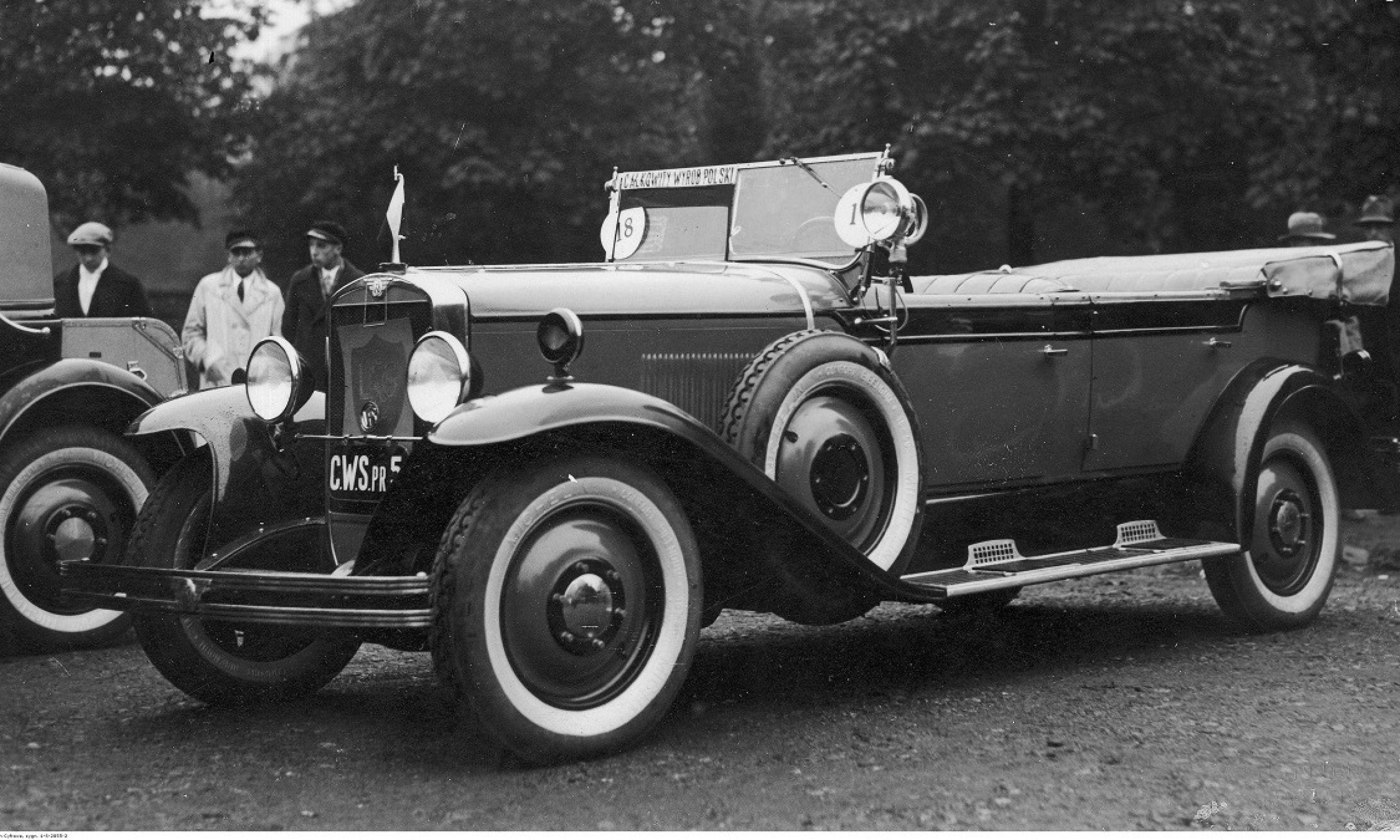 Pokaz i konkurs piękności samochodów zorganizowany przez Automobilklub Polski w parku im. Ignacego Jana Paderewskiego w Warszawie, październik 1930 r. Samochód Centralnych Warsztatów Samochodowych wykonany całkowicie w Wojskowych Zakładach Inżynierii. Miał 65-konny silnik, cztery biegi i rozwijał prędkość 105 km/h. Fot. NAC/IKC, sygn. 1-S-2855-2