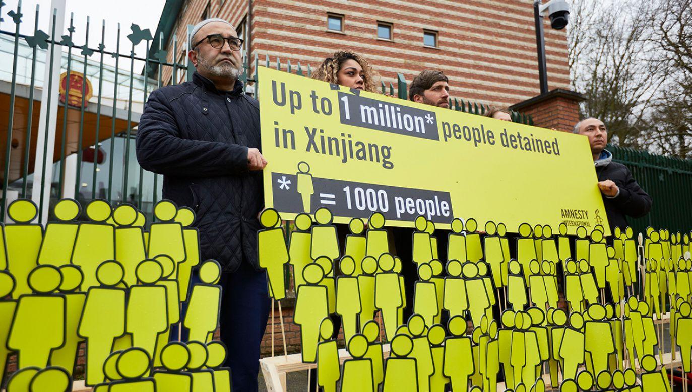"""Według instytutu Ujgurom jest """"ekstremalnie trudno"""" odmówić lub uciec przed taką pracą, ponieważ towarzyszy jej aparat zatrzymań i indoktrynacji politycznej (fot. Pierre Crom/Getty Images)"""