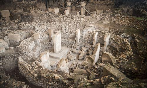 """Şanlıurfa, Turcja. Ruiny na wzgórzu Potbelly – Göbekli Tepe, uważany za najstarszą świątynię świata. Bywa nazywana """"punktem zerowym w historii cywilizacji ludzkiej"""" i została wpisana na listę światowego dziedzictwa UNESCO. Jak mówiono, na posągi z tego centrum kultu pierwszy natknął się rolnik, orząc ziemię w wiosce Orencik w 1986 r., co doprowadziło do tego, że prawie 10 lat później obiekt odkopał dr Klaus Schmidt z Niemieckiego Instytutu Archeologii. Fot. Halil Fidan / Agencja Anadolu / Getty Images"""