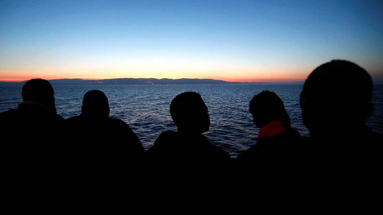 132 osoby uratowała straż wybrzeża oraz lokalni rybacy. (fot. REUTERS/Stefano Rellandini)