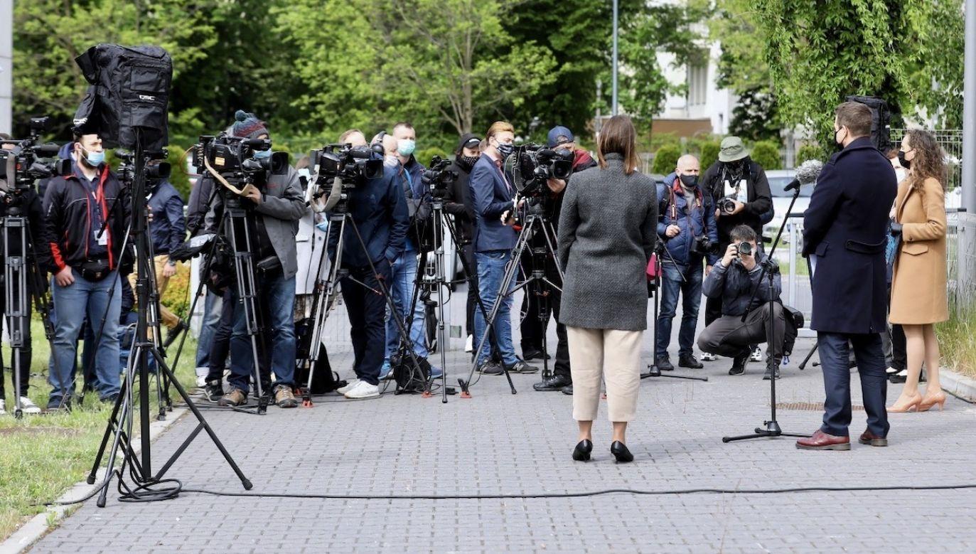 Prezydent Warszawy Rafał Trzaskowski (2P-tyłem) podczas konferencji prasowej przed budynkiem Zespołu Żłobków m.st. Warszawy przy ulicy Spartańskie (fot. PAP/Rafał Guz)