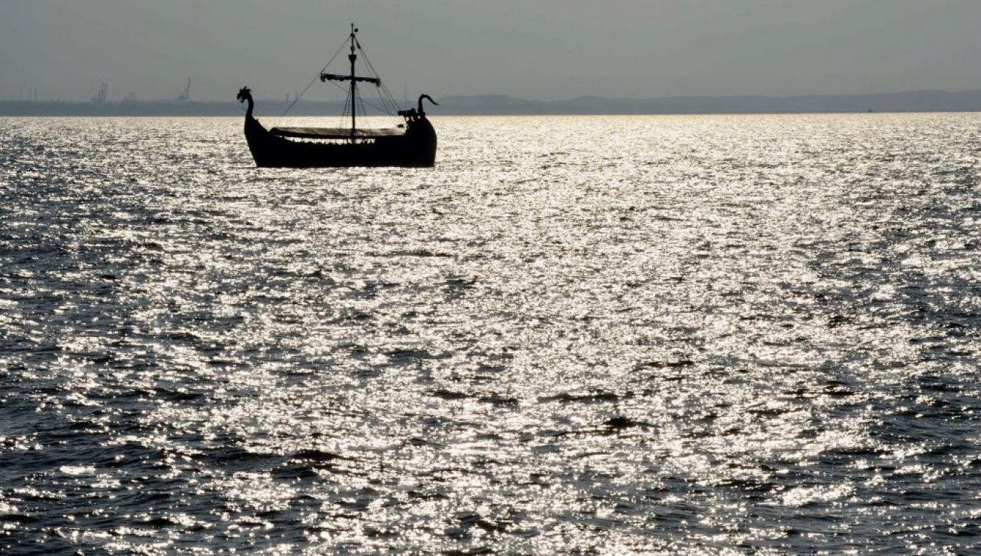 Łodzi z turystami samodzielne zejście z mielizny utrudniała morska fala z północnego kierunku, która cały czas spychała statek na nią (fot. Albert Foss/ullstein bild via Getty Images)