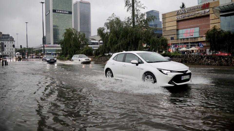 Warszawa, ulewa, zalane ulice. Trzaskowski mówi, dlaczego nie wrócił do stolicy. Miastem można zarządzać zdalnie wieszwiecej - tvp.info