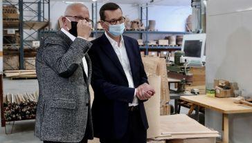 Premier Mateusz Morawiecki spotkał się w środę z prezesem zarządu jednej z firm meblarskich, Tadeuszem Polanowskim (fot. PAP/Roman Zawistowski)