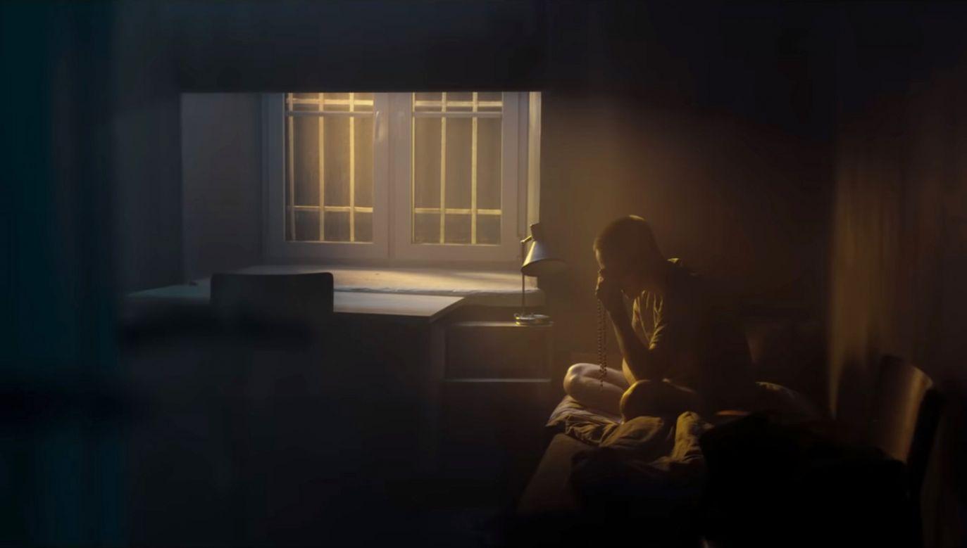 Bartosz Bielenia w filmie zostaje omyłkowo wzięty za księdza   (fot. YT/KinoSwiatPL)