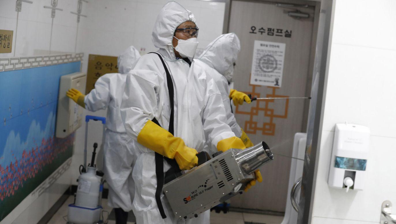 Rozpylanie środka dezynfekującego na stacji Gwanghwamun w Seulu  (fot. PAP/EPA/JEON HEON-KYUN)