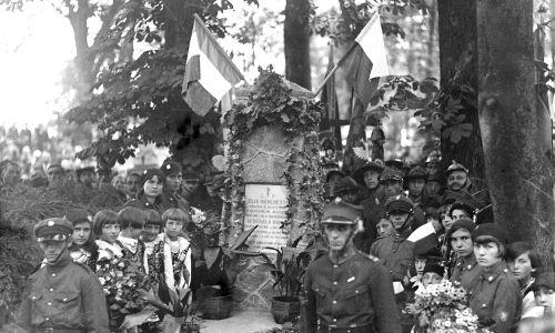Rok 1931. Straż przy grobie 24-letniego Włocha, adiutanta Francesco Nullo. Porucznik Elia Marchetti (1839-1863) został ranny w bitwie pod Krzykawką (5 maja 1863). Przetransportowano go do Chrzanowa, gdzie zmarł. Został pochowany na miejscowym cmentarzu. Fot. NAC/IKC