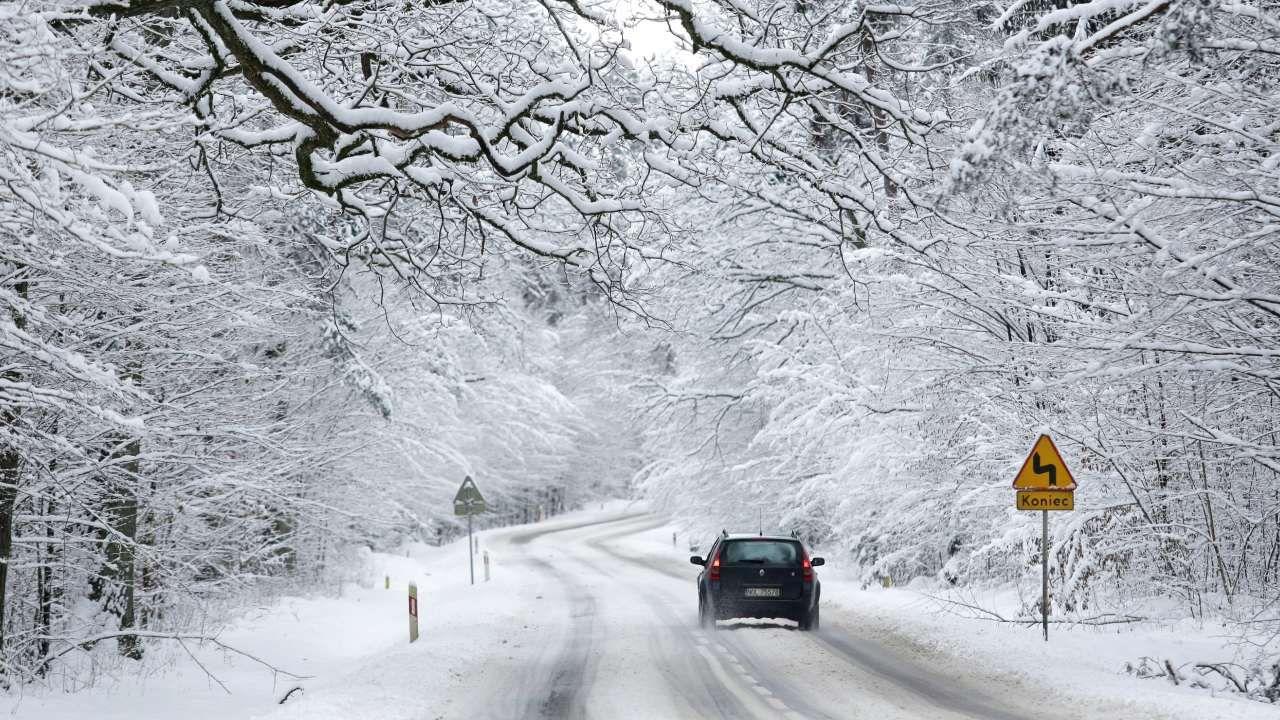 W północno-zachodniej części kraju może spaść od 5 do 15 centymetrów śniegu (fot.  PAP/Tomasz Waszczuk)