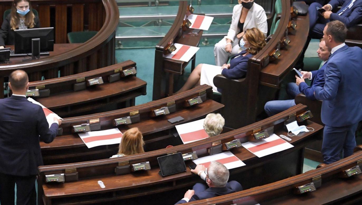 Politycy od prawa do lewa popierają podwyżki dla parlamentarzystów, członków rządu, prezydenta i samorządowców (fot. PAP/Radek Pietruszka)