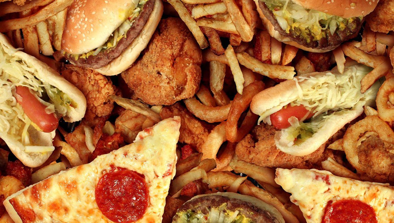 Poziom glukozy we krwi wzrasta wraz z kaloriami spożywanymi po godzinie 18:00 (fot. Shutterstock/ Lightspring)