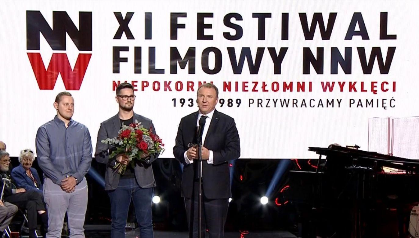 """W trakcie festiwalu """"Niepokorni Niezłomni Wyklęci"""" Jacek Kurski wręczył nagrodę twórcy filmu """"Milczące pokolenie"""" (fot. TVP Info)"""