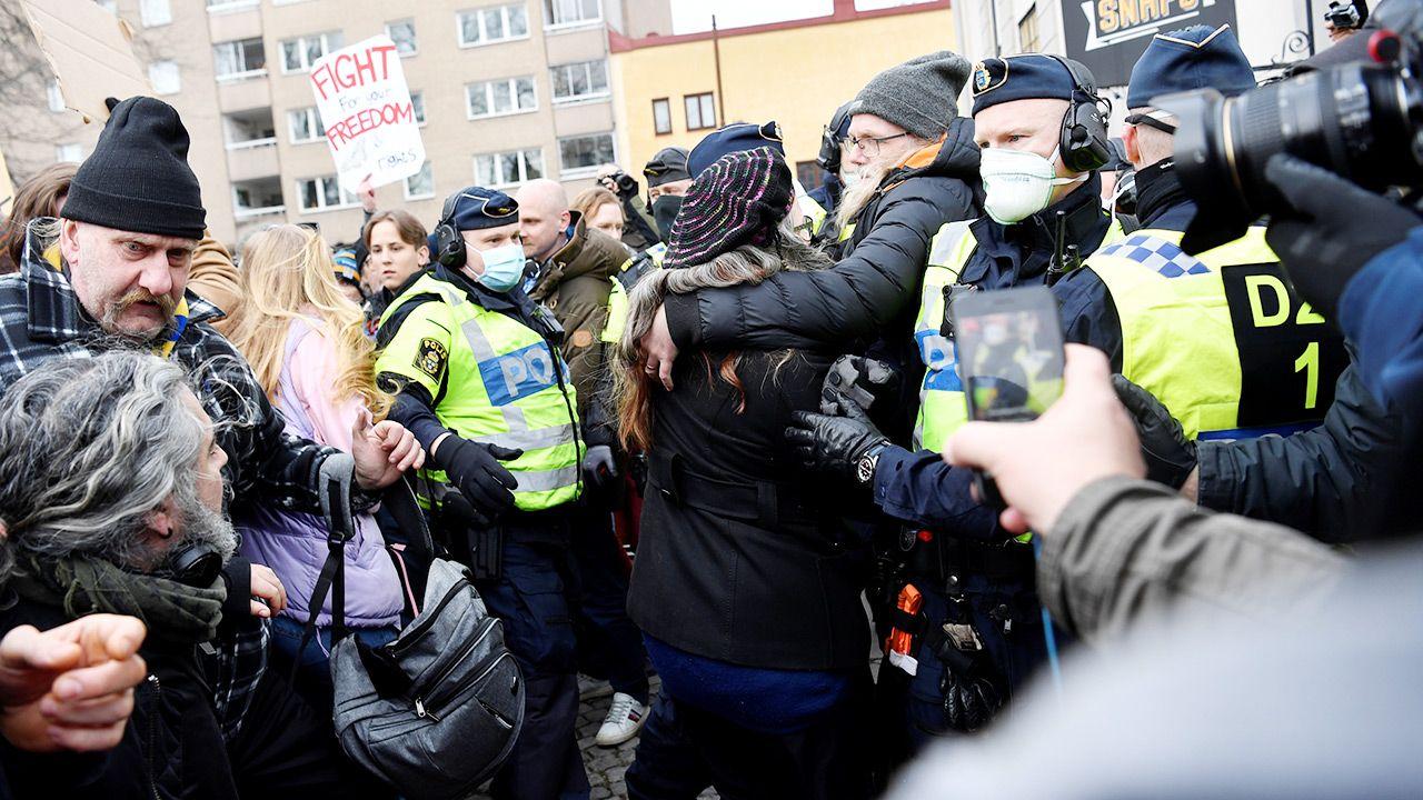 Do szwedzkiej stolicy ściągnęły setki przeciwników obostrzeń z całego kraju (fot. Henrik Montgomery/TT News Agency/via REUTERS)