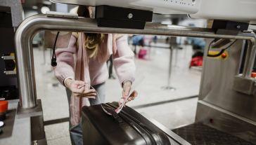 Pasażer otrzymuje naklejkę z kodem nadania i samodzielnie umieszcza go na bagażu (fot. Materiały prasowe)