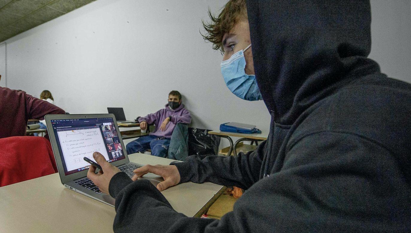 Włoscy uczniowie w kilku regionach wracają do szkół (fot. PAP/EPA/ANDREA FASANI)