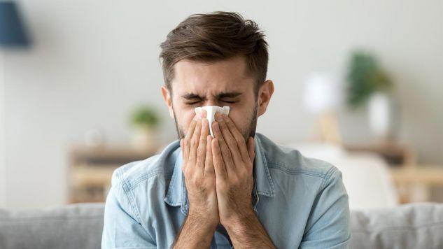 Sterydy wziewne skracają czas choroby (fot. Shutterstock/fizkes)