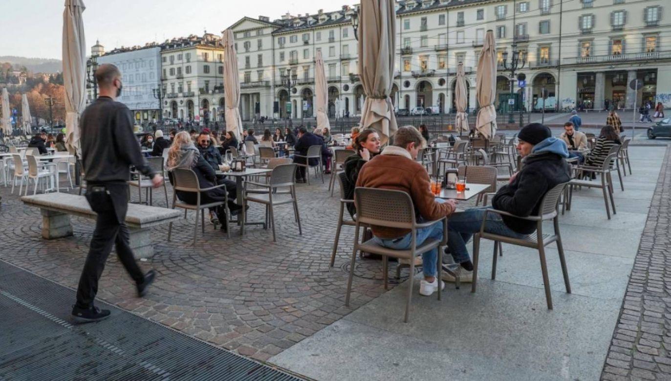 Od niedzieli w ponad połowie regionów Włoch dozwolona będzie tylko sprzedaż na wynos i dostawy do domu (fot. PAP/EPA/Jessica Pasqualon)