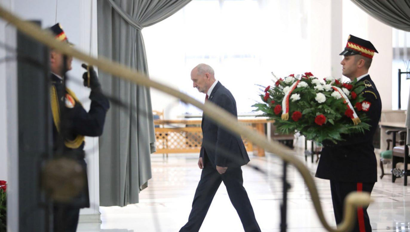 Antoni Macierewicz złożył kwiaty przed tablicami w Sejmie (fot. PAP/Leszek Szymański)
