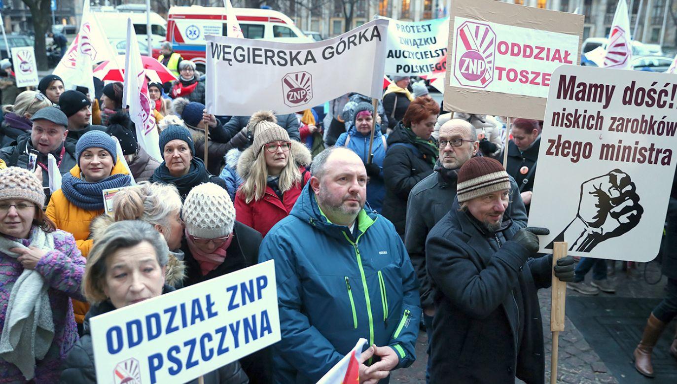 We wniosku zaproponowano nowe średnie wynagrodzenie nauczycieli (fot. PAP/Andrzej Grygiel)