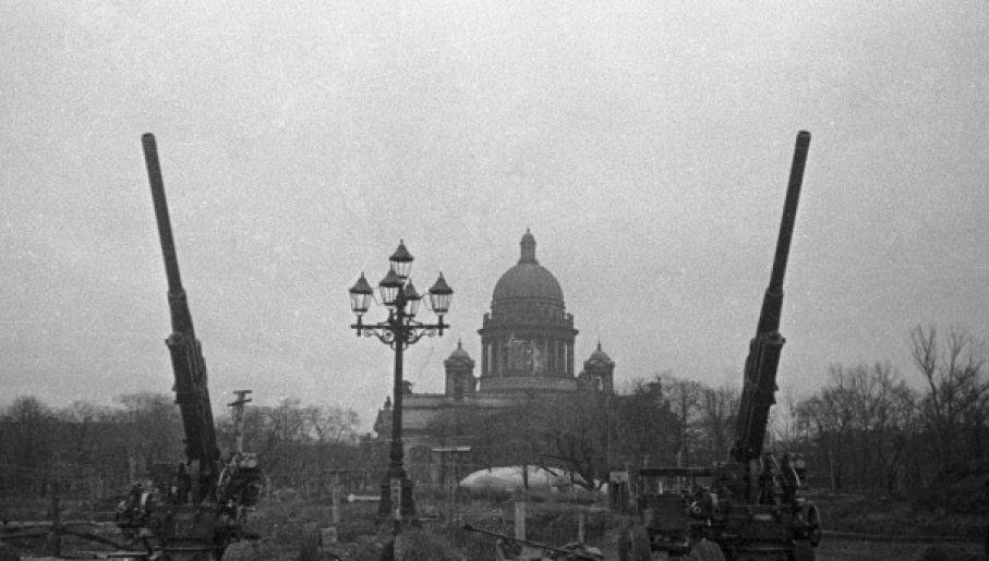 Radzieckie działa przeciwlotnicze w Leningradzie. W tle widoczny sobór św. Izaaka (fot. RIA Novosti archive, #5634 / David Trahtenberg / CC-BY-SA 3.0)