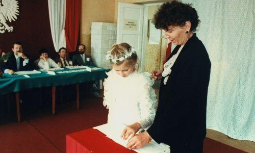 Niedziela 4 czerwca 1989 r. w Kątach. Dziewczynka po uroczystości przyjęcia Sakramentu Pierwszej Komunii Świętej, wrzuca do urny głos, który w pierwszych, częściowo wolnych wyborach oddała jej matka. Fot. Chris Niedenthal / The LIFE Images Collection / Getty Images