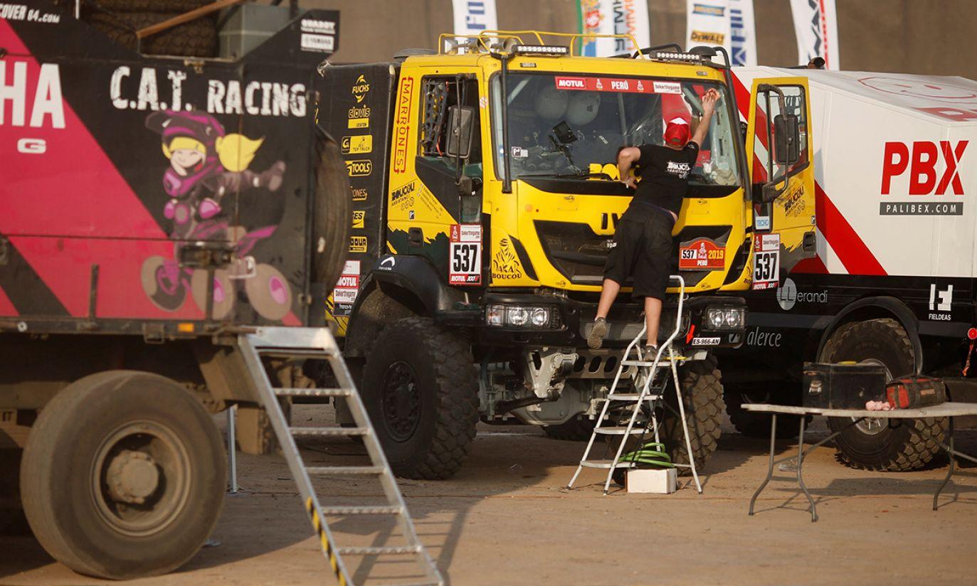 Mężczyzna czyści swoją ciężarówkę podczas otwarcia targów Dakar Fair (fot. PAP/SEBASTIAN CASTANEDA)