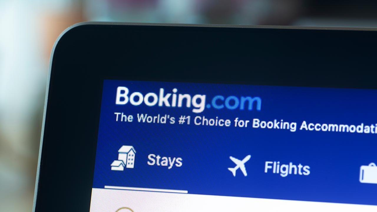 Czarne chmury nad Booking.com (fot. Shutterstock/vovidzha)