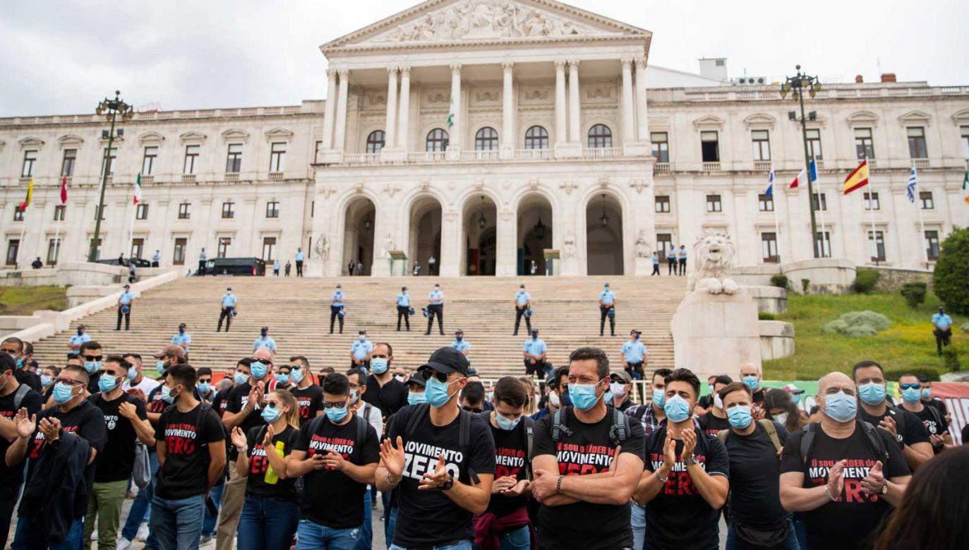 Policjanci protestujący przed parlamentem w Lizbonie (fot. PAP/EPA/JOSE SENA GOULAO)