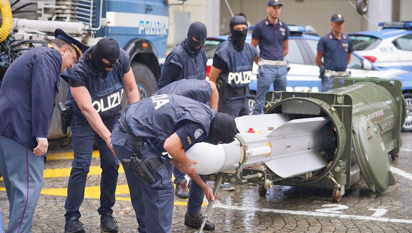 Włoska policja zarekwirowała wyrzutnię rakietową (fot. PAP/EPA/TINO ROMANO)