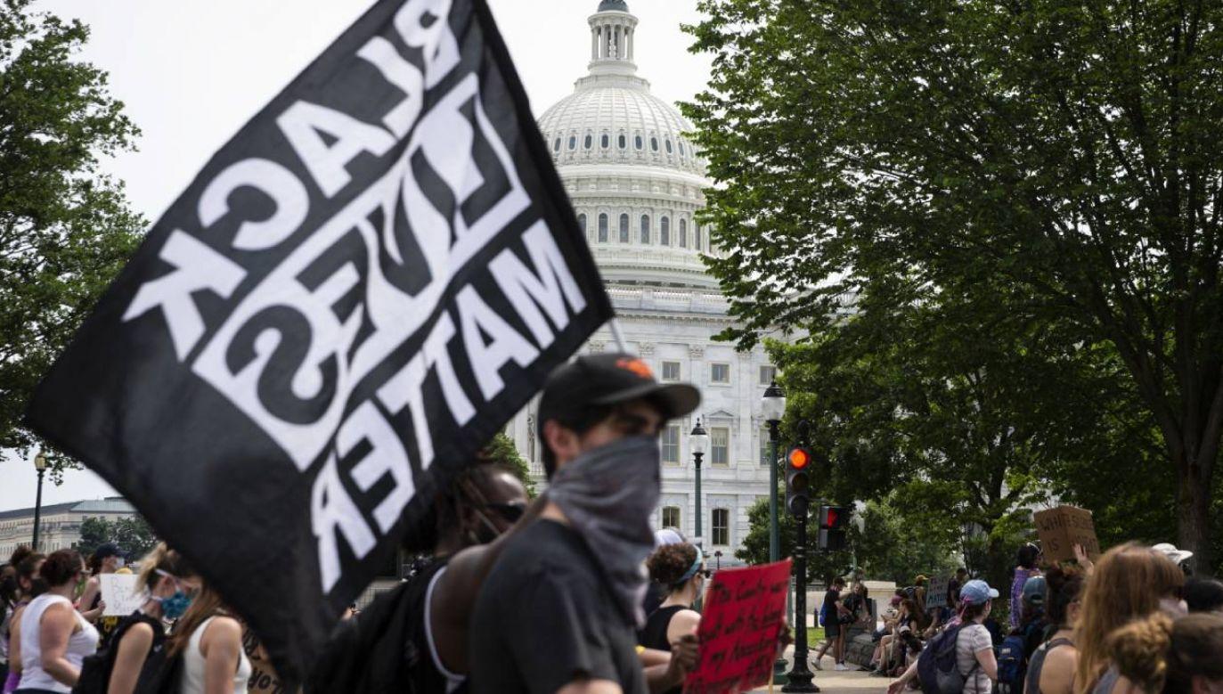 Od sobotniego poranka tysiące osób gromadzą się przed ważnymi dla amerykańskiej historii symbolami – Kongresem, Mauzoleum Abrahama Lincolna czy Pomnikiem Waszyngtona (fot. PAP/EPA/SARAH SILBIGER)