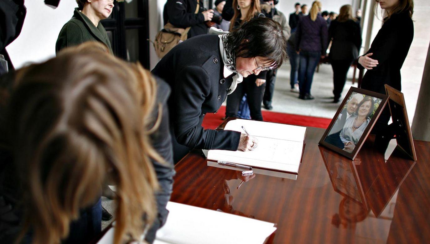 Księga kondolencyjna w pałacu prezydenckim (fot. Jerzy Dudek/FORUM)