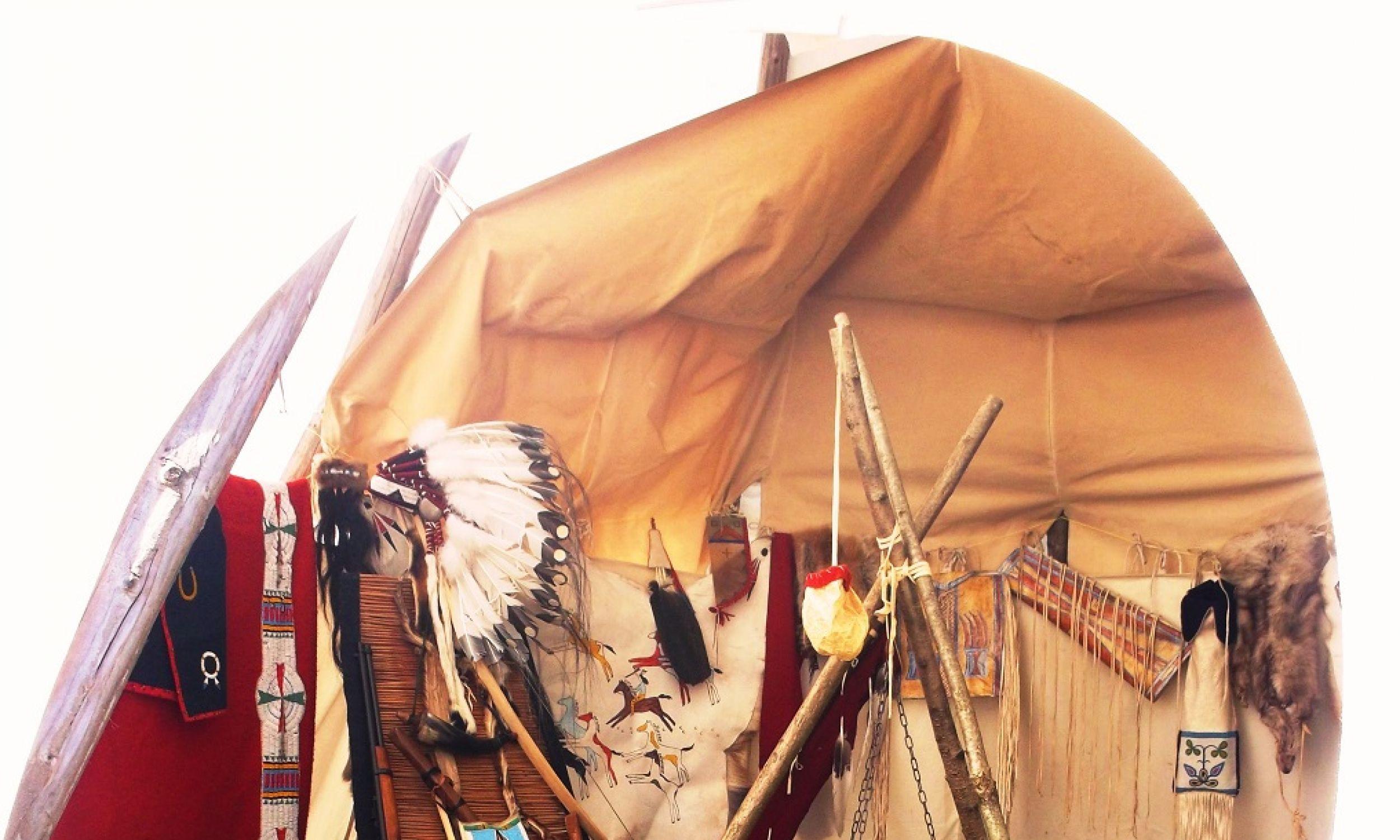 Wnętrze tipi, czyli dawnego domu koczowniczych plemion. Stawiały je kobiety. Pokrycie miały ze skór bizonich, w środku miejsce na ognisko, na szczycie otwór dymny. Dariusz Szybka zgromadził przedmioty codziennego użytku z przełomu XVIII i XIX wieku, a część stworzył sam wg dawnych wzorców (stroje, broń  i instrumenty muzyczne). Użył tych samych materiałów i technik, jak np. ozdabianie kolcem igłozwierza amerykańskiego (Ursona) – uczył go Indianin z rezerwatu Siuksów. Fot. Anna Jovicz, archiwum prywatne DS