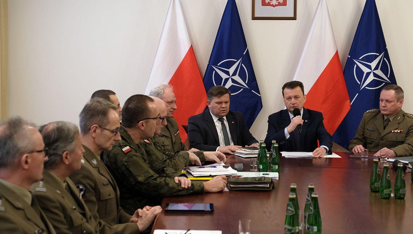 Błaszczak podziękował za sprawną ewakuacje osób z Chin do Francji, a potem do Polski (fot. Twitter/Ministerstwo Obrony Narodowej)