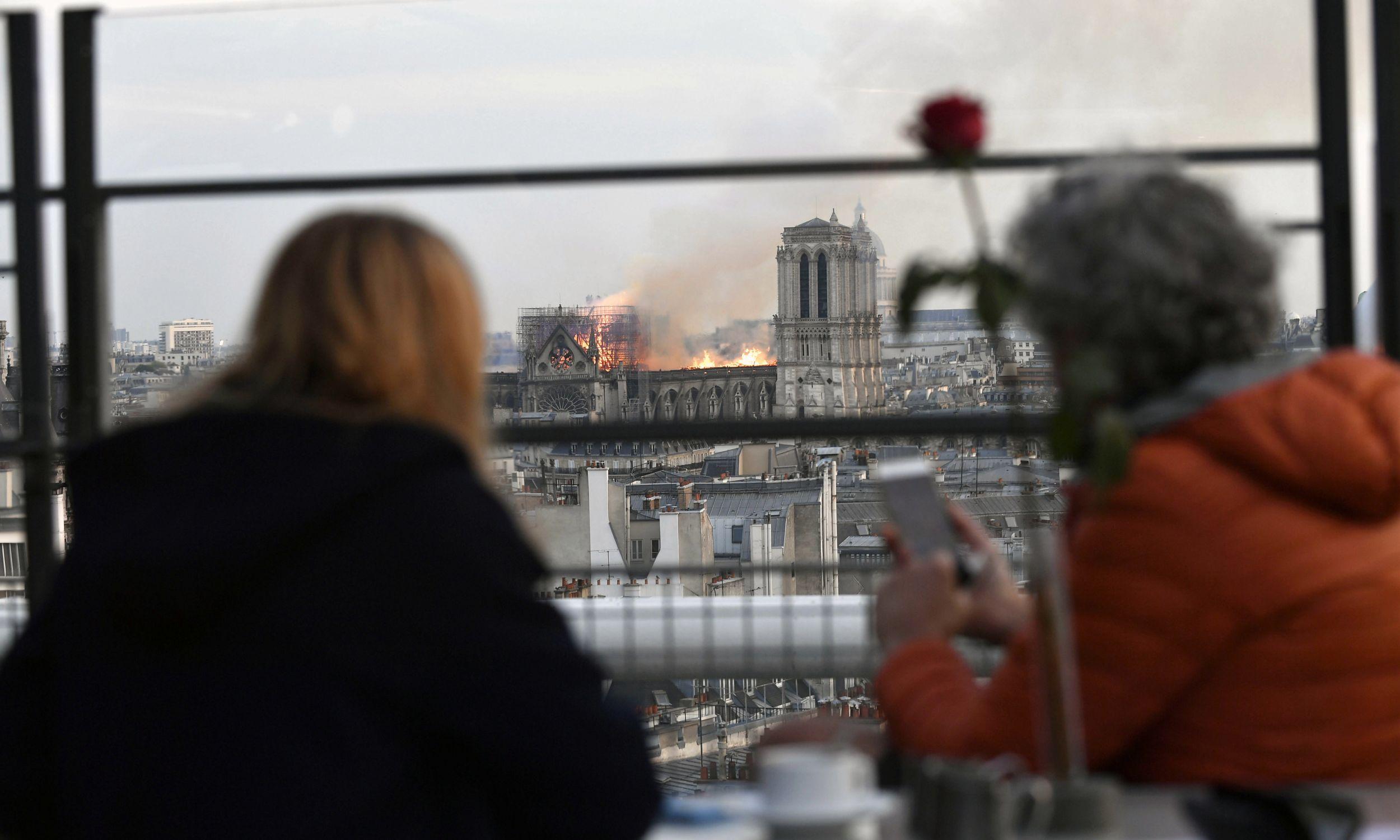 Pożar z perspektywy widza. Fot. Julien de Rosa/PAP/EPA
