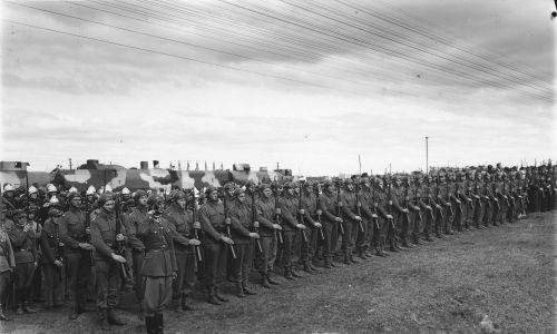 Pomnik w Tłuszczu ku czci żołnierzy poległych w wojnie polsko-radzieckiej. Fragment uroczystości odsłonięcia pomnika 10 listopada 1933 roku. Widoczny oddział załogi pociągu pancernego na tle swojej jednostki. Fot. NAC/Witold Pikiel/IKC, sygn. 1-U-6269-2
