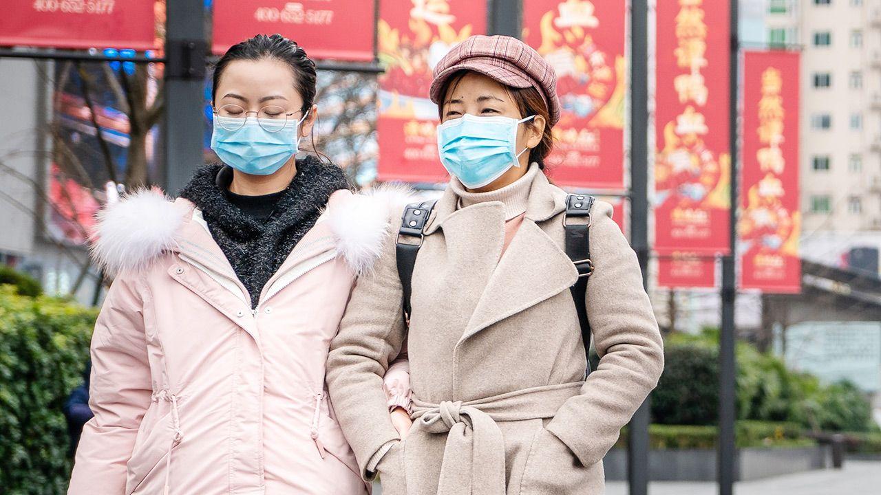 Chińskie władze zaostrzają przepisy, by uchronić kraj przed nawrotem pandemii (fot. shutterstock/IHOR SULYATYTSKYY)