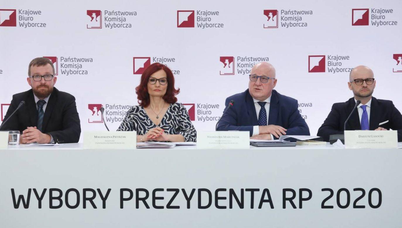 W oczekiwaniu na oficjalne wyniki głosowania (fot.PAP/Paweł Supernak)