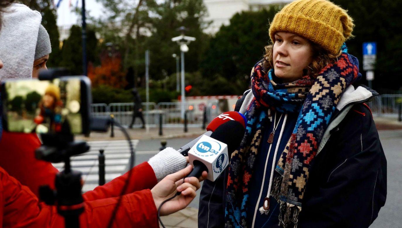 Anita Sobiechowska przykleiła sobie rękę do bramy gmachu MEN (fot. arch.PAP/Rafał Guz)