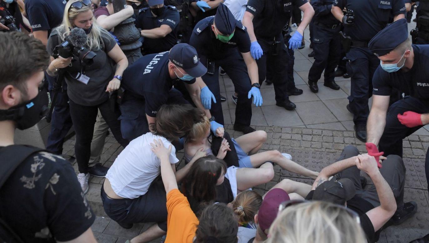 Chodzi o obezwładnienie aktywistki LGBT (fot. PAP/Radek Pietruszka)
