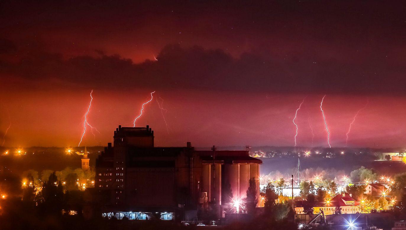O ostrożność w czasie burzy apeluje Rządowe Centrum Bezpieczeństwa (fot. PAP/Piotr Augustyniak)