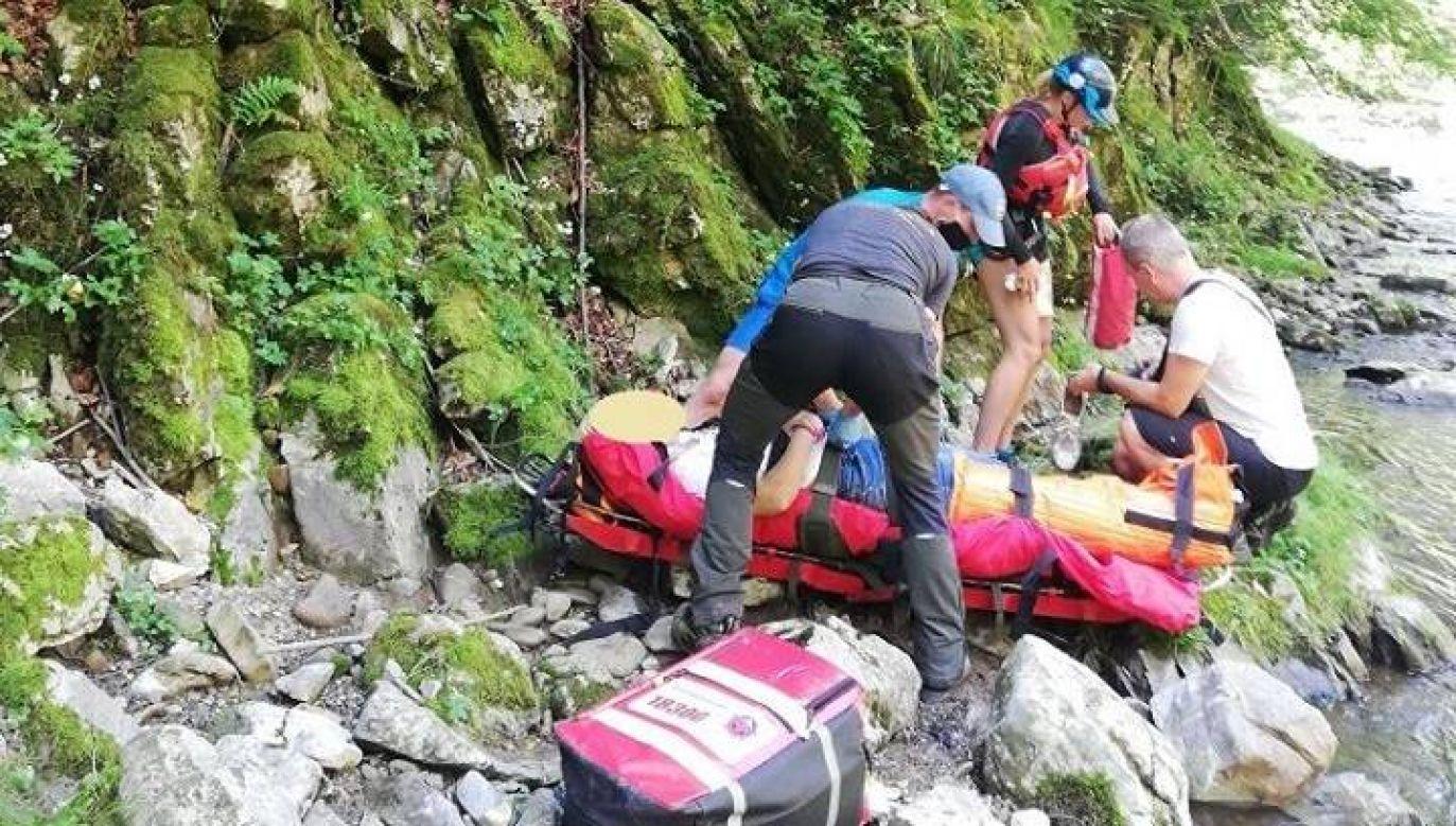 Ratownicy z Horskiej Zachrannej Służby udzielili kobiecie pierwszej pomocy  (fot. Facebook/HZS)