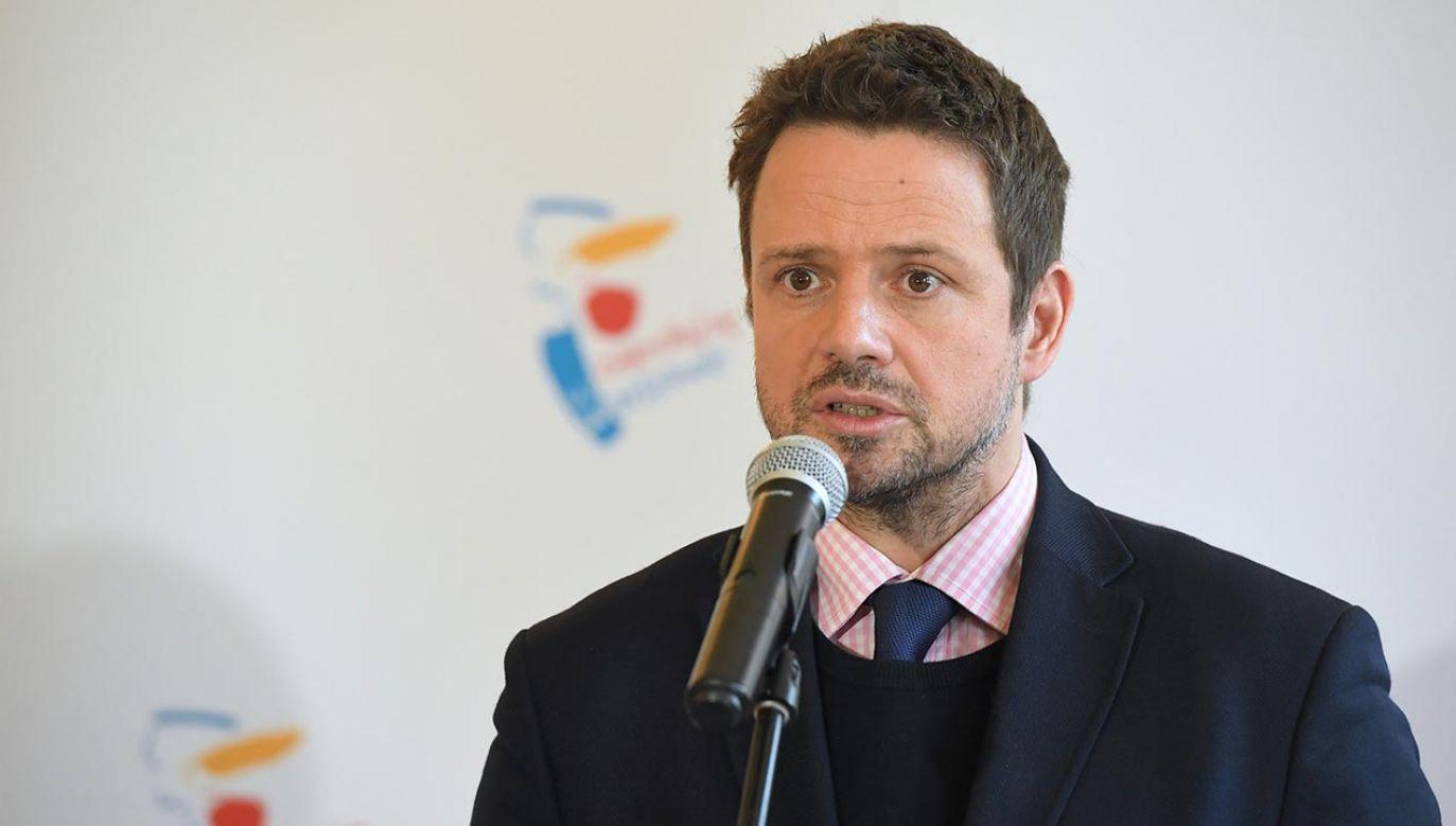 """Politycy PiS odnieśli się do słów Trzaskowskiego o projekcie ustawy """"skromnościowej"""" (fot. PAP/Radek Pietruszka)"""